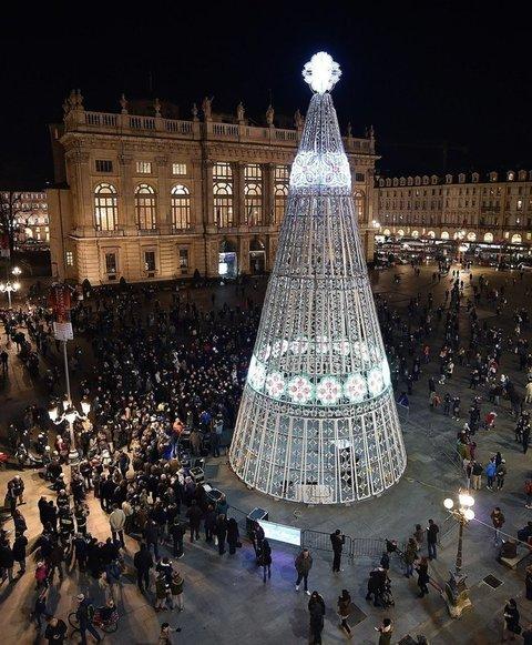 Albero Di Natale Milano.Albero Di Natale Milano Batte Roma Sul Web E Brutto E Storto Il