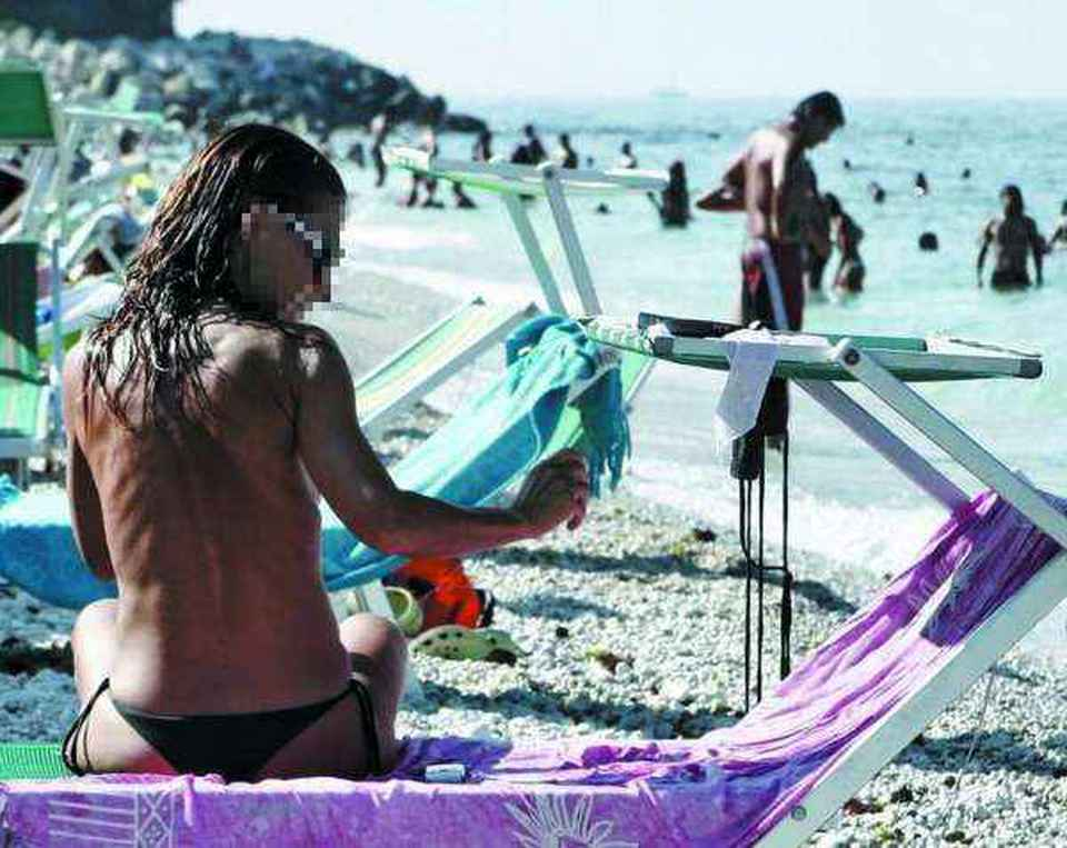 Ragazze adolescenti sulla spiaggia nuda