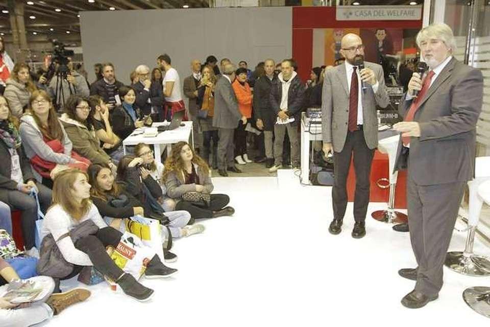 Camere Da Letto Poletti.Il Ministro Poletti Riscrive La Vita Ai Giovani Laurearsi Tardi
