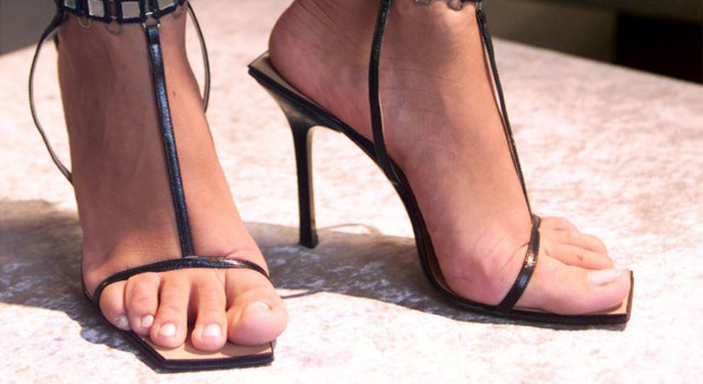 Se ne va dal negozio con le scarpe nuove ai piedi  denunciata 15enne a5cc47bcdde