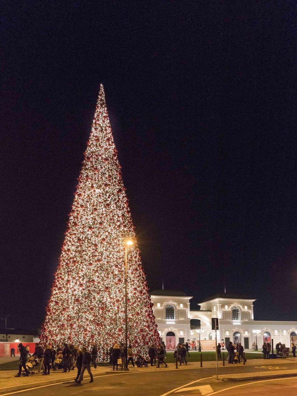 Si accende il grande albero di Natale al McArthur Outlet ...