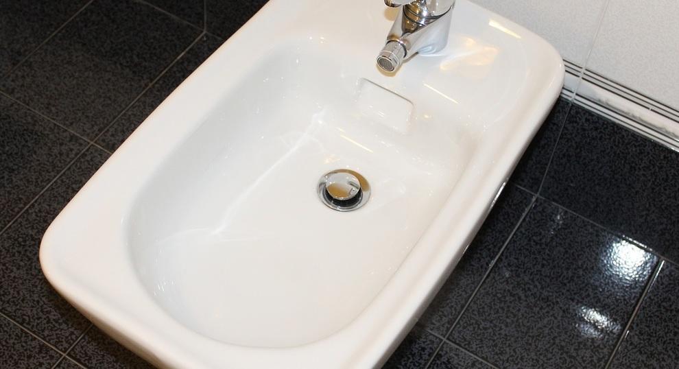 Bagno Francese Senza Bidet : Va in bagno di notte e si ferisce con il bidet rotto: muore dissanguato