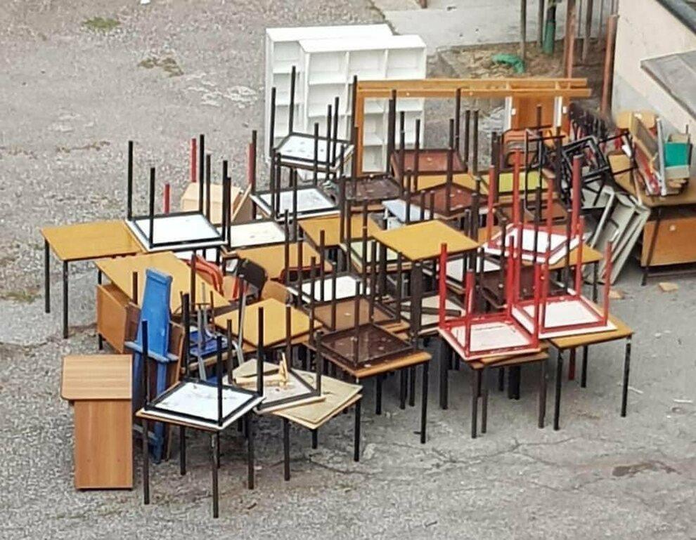 Banchi vecchi ammassati in discariche di fortuna, la foto: «Era davvero  questa l'emergenza?»