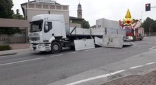 Tir perde grosso pannello di cemento all'incrocio: incidente all'alba
