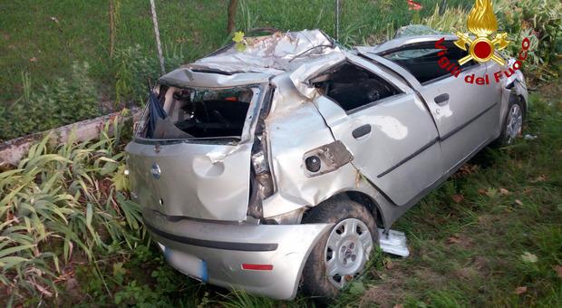 Auto esce di strada da sola, si ribalta nel fossato: muore una ragazzina