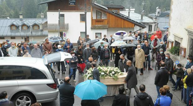 Una folla commossa ha sfidato la pioggia per dare l'ultimo saluto a Sara Candeago