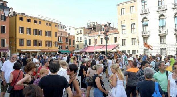 I manifestanti no green pass a Venezia in campo San Geremia