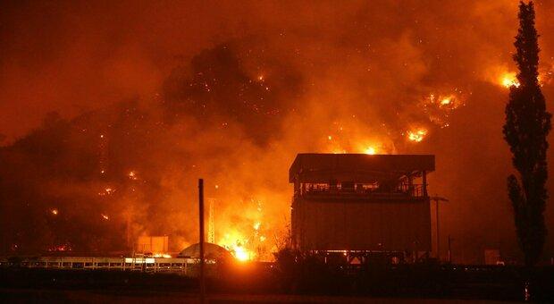 Incendi, il mondo è in fiamme: in Kuwait brucia il più grande deposito di copertoni