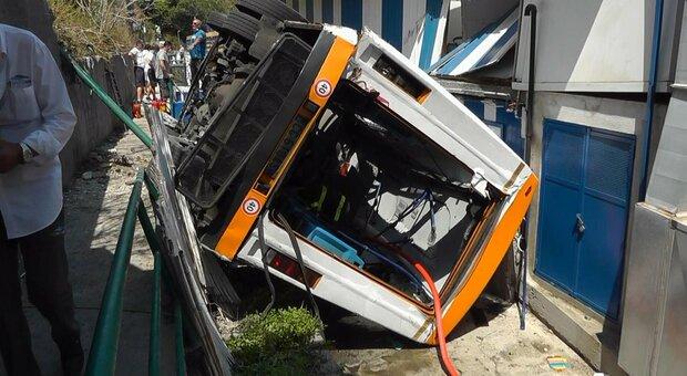 Il minibus uscito di strada a Capri, con la morte del conducente. A bordo anche una famiglia polesana di Castelmassa