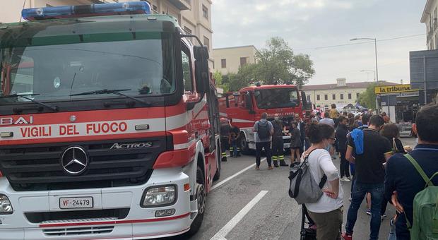 """I mezzi dei vigili del fuoco in piazza a Conegliano per """"Pompieropoli"""""""