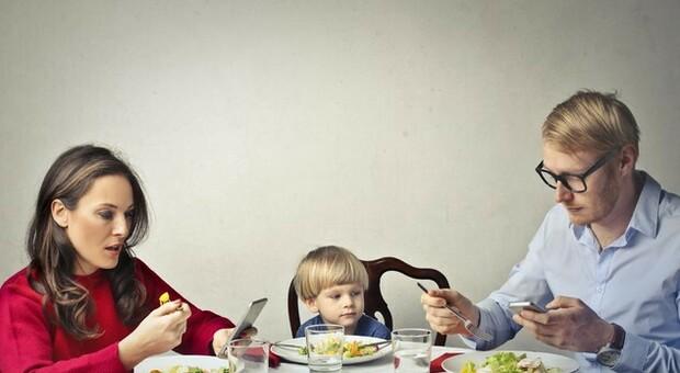 «Genitori, basta con quegli smartphone»: ora sono i figli a dirlo a noi. Lo studio Milano-Bicocca
