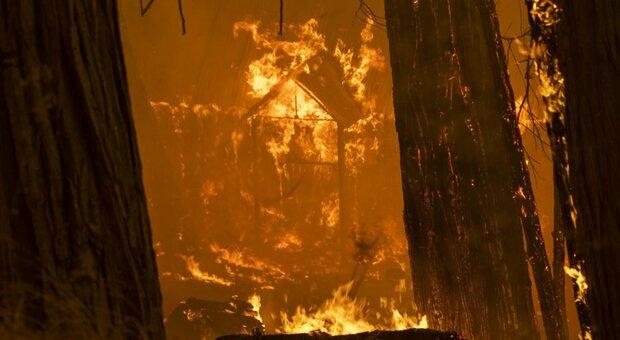 Incendi in California, ordini di evacuazione per oltre 34mila persone: allarmano le condizioni meteo