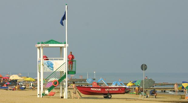 Baby gang multietnica in spiaggia, piombano in 30 e pestano i bagnini