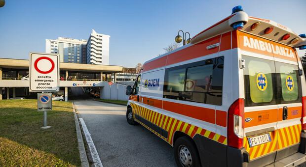 Mano schiacciata nel macchinario: corsa in ospedale per un operaio 52enne