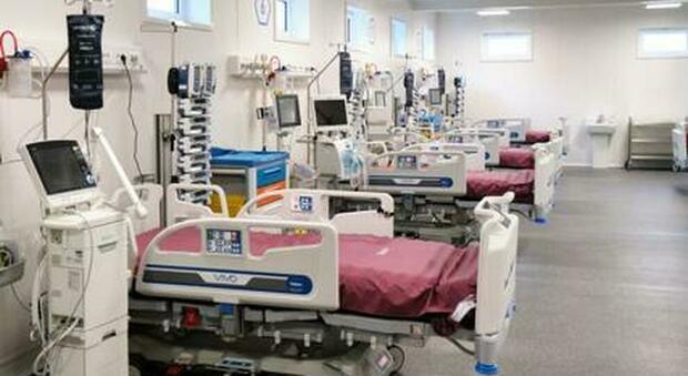 Roma, più posti negli ospedali: chiudono i reparti Covid