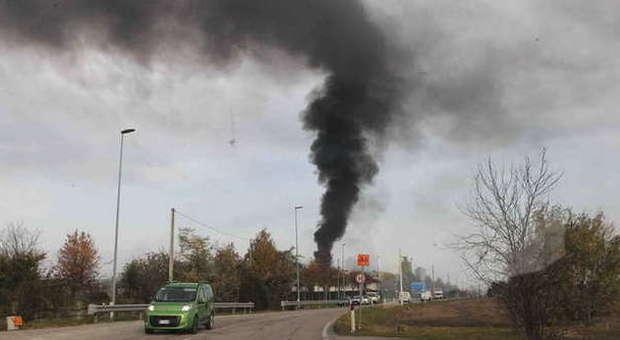 Incendio sul tetto di una fabbrica a brugnera operaio for Brugnera mobili