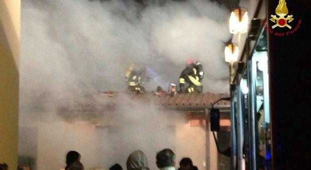 In fiamme il tetto di una fattoria pompieri al lavoro for Progettazione di una fattoria industriale