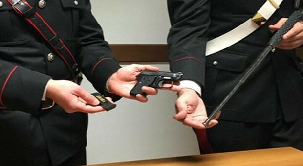 I carabinieri con l'arma sequestrata
