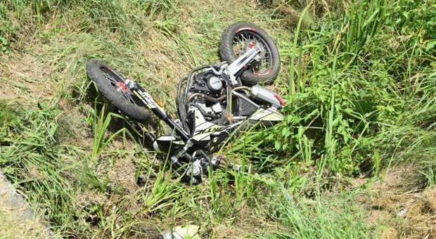 Esce di strada con la moto, finisce contro un muretto: Manuel muore a 16 anni