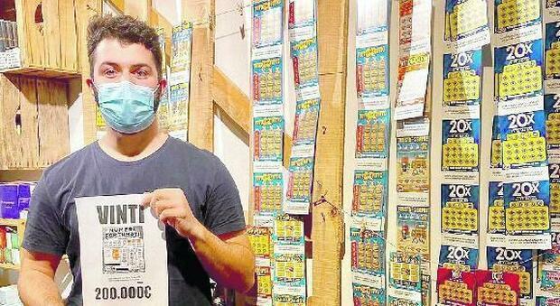 Pensionato gratta 3 euro e ne porta a casa 200mila. Guarda il tabaccaio e gli rivela: «Finalmente potrò rifarmi l'impianto di riscaldamento, ho sempre freddo»