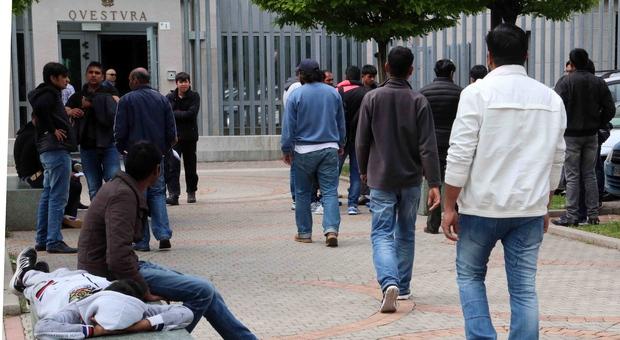 Migranti in coda di fronte alla Questura di Pordenone