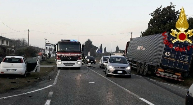 Incidente in via Montello ad Altivole: scontro fra un tir a metano liquido e un'auto Foto