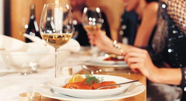 """Salute, la ricerca choc: """"Cenare dopo le 19 danneggia il cuore"""". Gli esperti spiegano perché"""