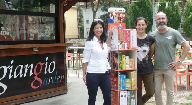 """Uno dei bar di Udine che ha aderito all'iniziativa """"La mossa giusta""""; i titolari e l'assessore Asia Battaglia"""
