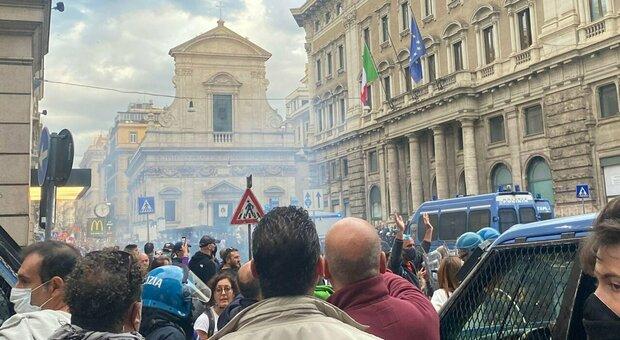 Scontri a Roma, il piano dei No vax in piazza: «Occupiamo il Parlamento»