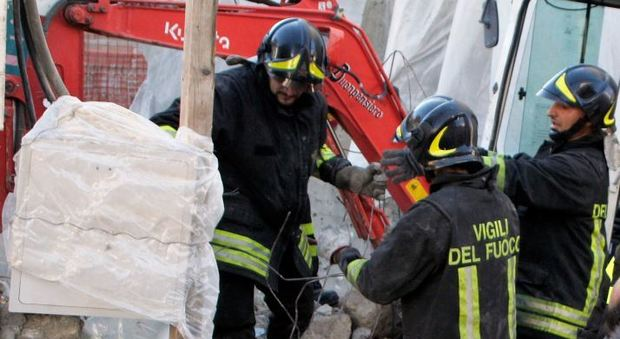 Frascati, crolla palazzina di tre piani si temono vittime: una donna estratta viva dalle macerie