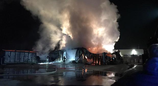 Vernici in fiamme grosso incendio nella notte alla innolac for Brugnera mobili