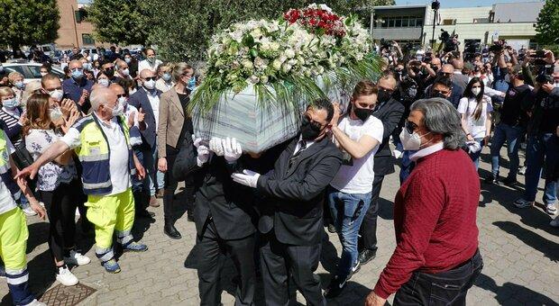 Luana D'Orazio, dolore ai funerali della 22enne morta sul lavoro. Monica Guerritore: «Voleva diventare attrice»