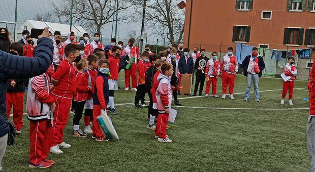 In duecento alla protesta contro le multe ai bambini che giocano in campo