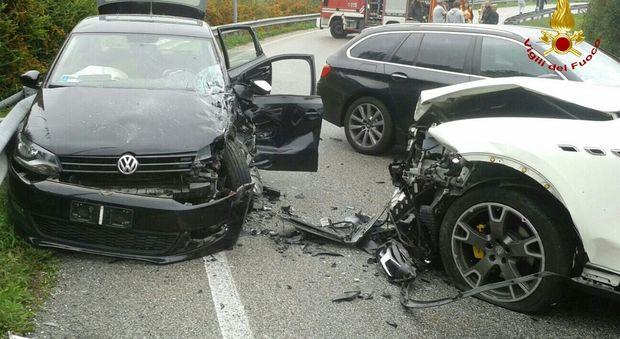 Pauroso schianto fra tre auto: due feriti portati in ospedale