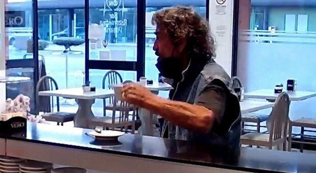 Un frame del video in cui Pellizzari beve il caffè