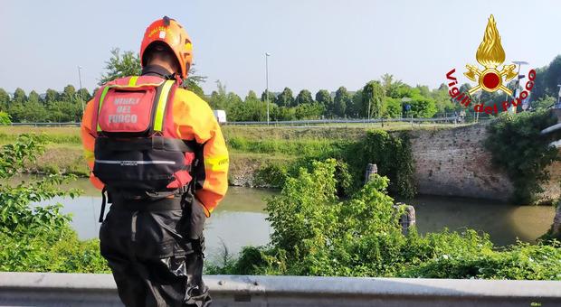 Uomo cade nel canale Piovego: si salva aggrappandosi a una briccola