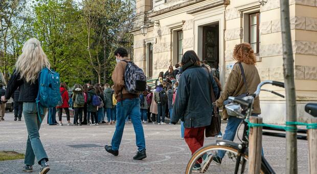 Covid, studenti sorvegliati speciali: esercito anti assembramenti sui bus e in strada