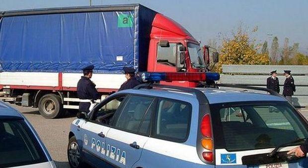 Oristano, col camion urta il muro che crolla: autista muore schiacciato