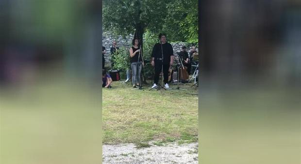 I Funerali Di Silvia Il Concerto In Cimitero Gli Amici Cantano Vasco John Lennon I Queen