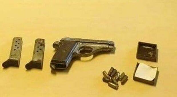 La Beretta e i proiettili trovati a casa della 76enne