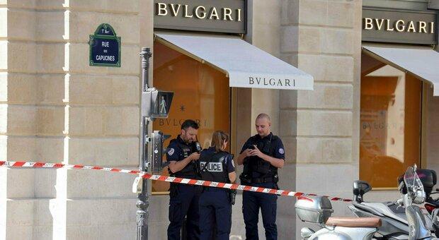 Parigi, rapinata gioielleria Bulgari: bottino da 10 milioni di euro, i ladri in fuga travolgono un poliziotto