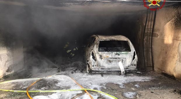 Incendio di 2 auto nel garage seminterrato: donna bloccata dal fumo