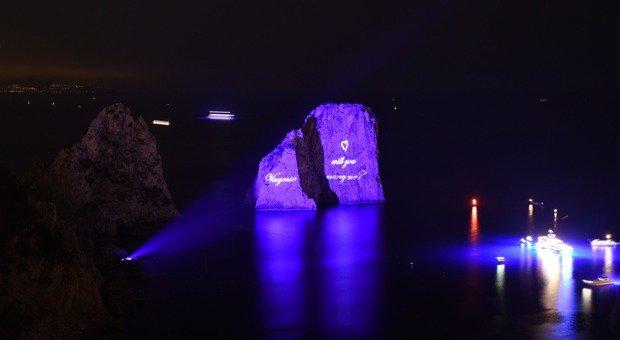Capri, la proposta di matrimonio del magnate tedesco proiettata sui Faraglioni illuminati di blu