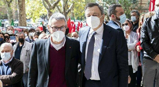 Draghi abbraccia Landini, ma la sua maggioranza ora litiga sui neofascisti
