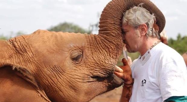 Il veterinario Aldo Giovannella insieme a uno degli elefanti orfani
