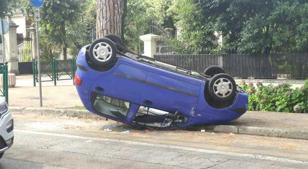 Carambola in centro: un'auto finisce ribaltata