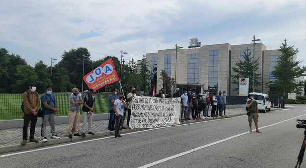 La protesta dei lavoratori pakistani davanti alla sede di Grafica Veneta
