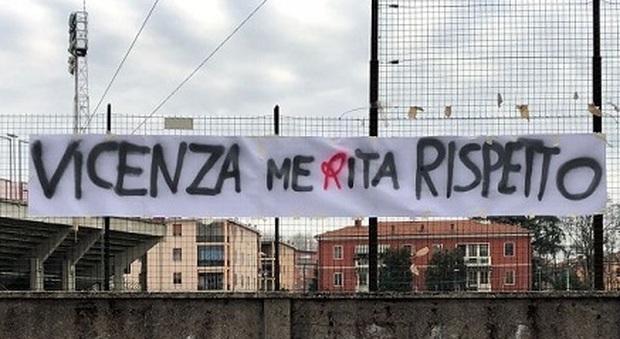 I tifosi fuori dallo stadio vogliono bloccare il pullman diretto a Padova