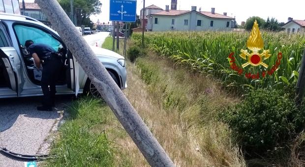 Auto esce di strada e abbatte un palo: due persone ferite