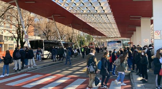 Gli studenti in attesa dell'autobus